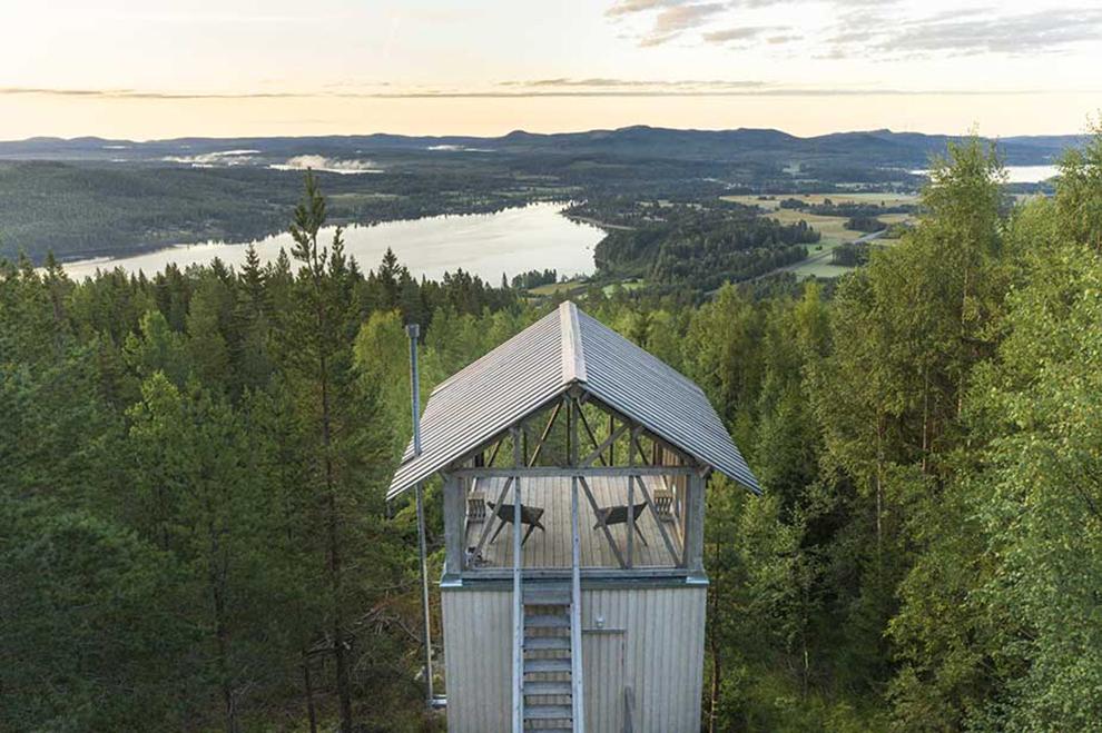 Grijze stalen boomhut met uitzicht over Zweedse valleien