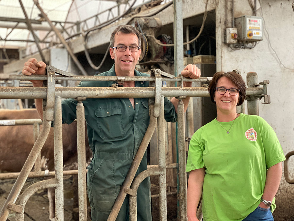 Paul en Ingrid samen met hun melk- en vleeskoeien op De Annahoeve