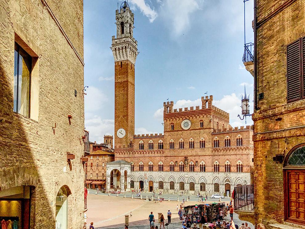 Uitzicht op de Torre del Mangia in Siena, Italië
