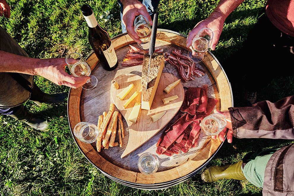 Zwitserse wijnproeverij en lekkernijen