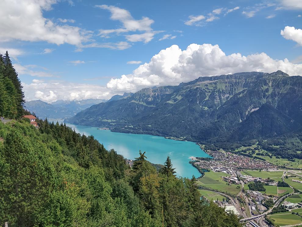 Uitzicht op felblauw meer en bergdorpjes bij de Brienzersee
