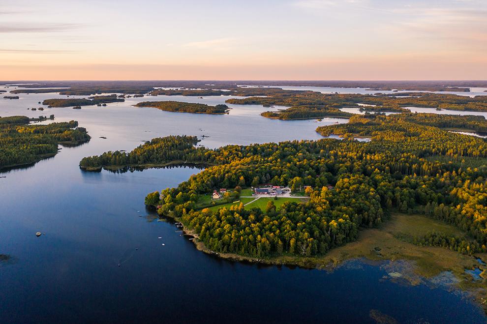 Uitzicht met de drone over gele bomen toppen en blauwe wateren