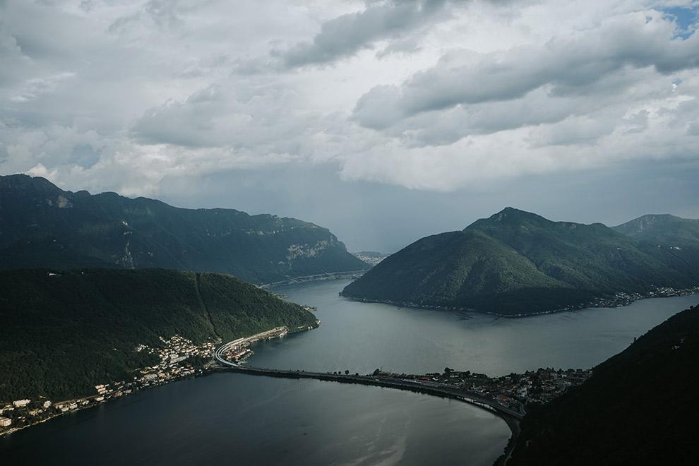 Mysterieus uitzicht vanaf de Monte Salvatore in Zwitserland