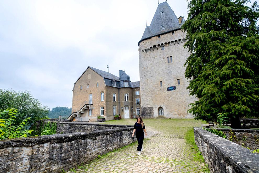 Wandelen rondom het hoge Schoenfelskasteel in Luxemburg