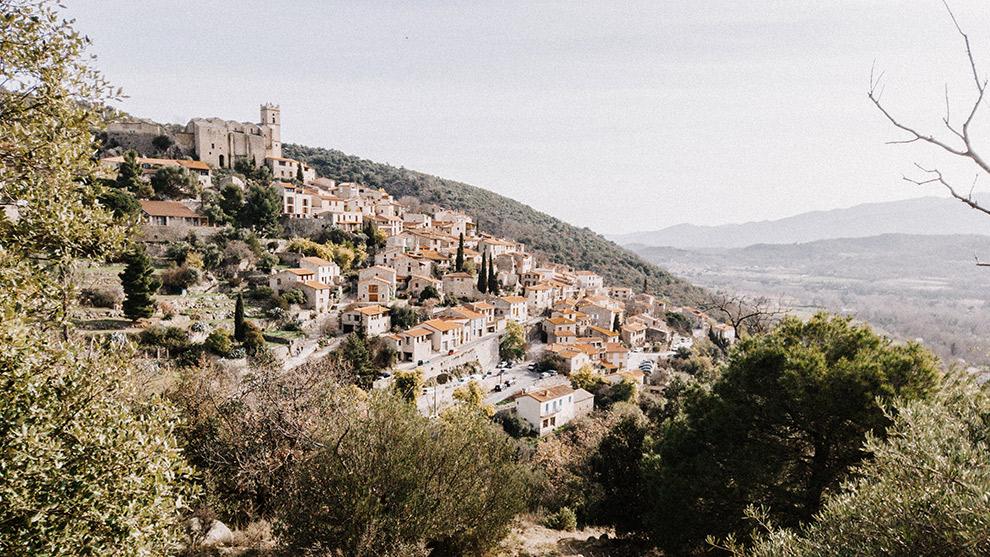 Typisch Frans dorpje gelden op een groene steile heuvel
