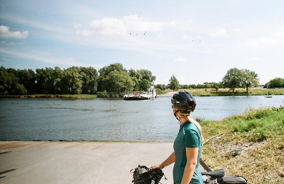 Wachten op de pond naar de overkant met fiets