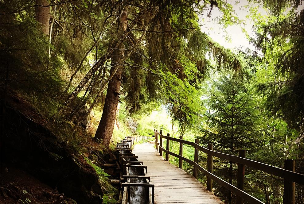 Houten brug langs irrigatiekanalen in Suonen, Zwitserland