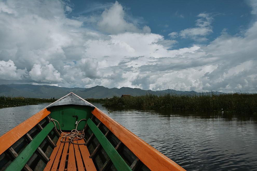 Groen-oranje vissersbootje in Myanmar