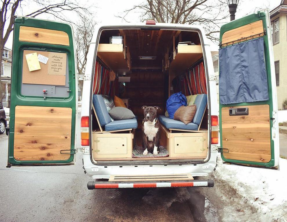 Hond Snoop gaat graag mee op avontuur in de camperbus
