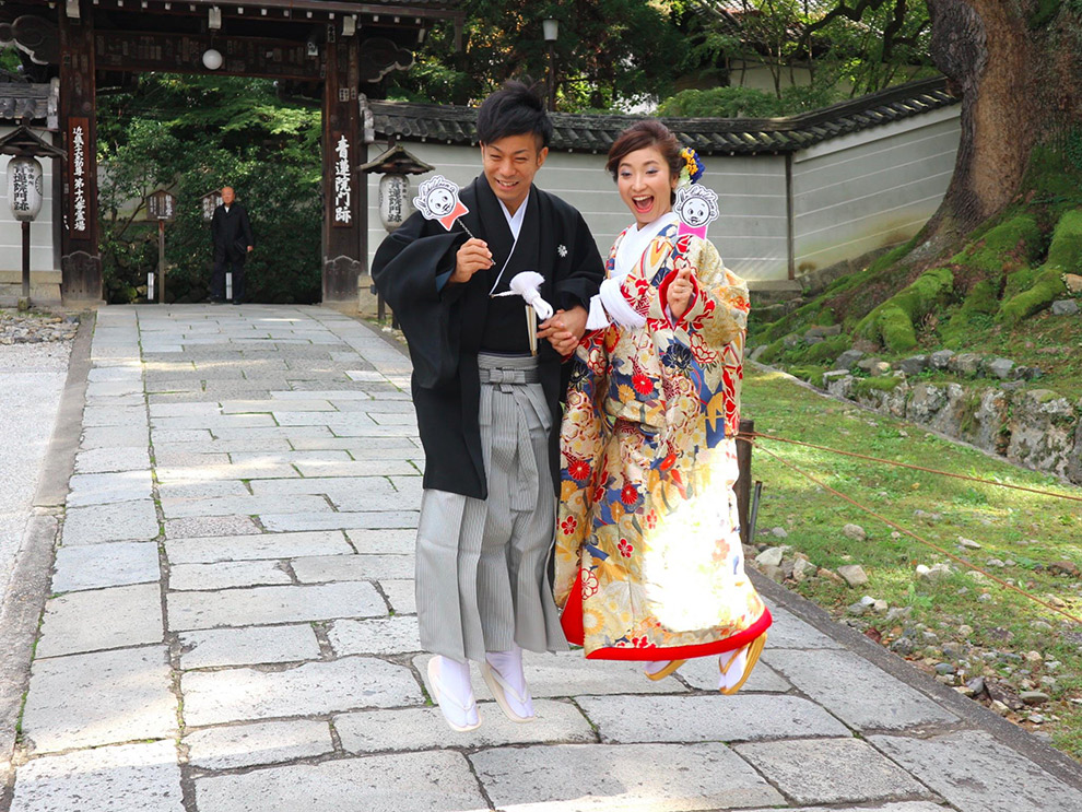 Japans stel in traditionele kledij