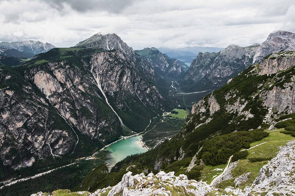 Ruige rosten omringen felblauw meer in de Dolomieten