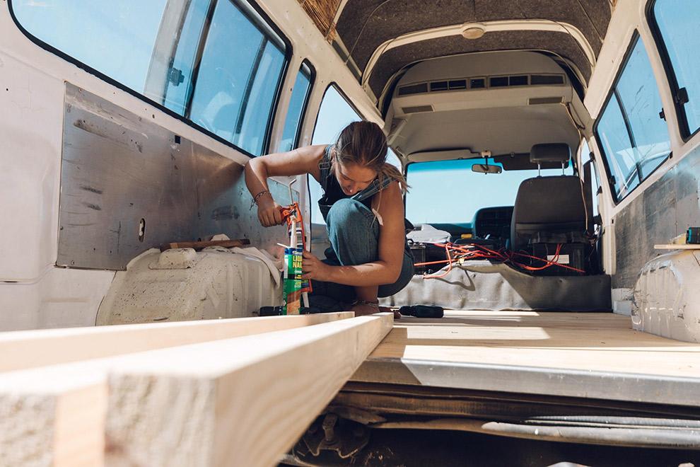 Blogger Verena druk aan het klussen in camperbusje
