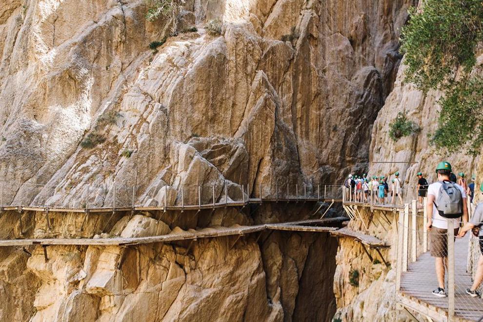 Wandelbrug langs steile rotsen in El Caminito del Rey