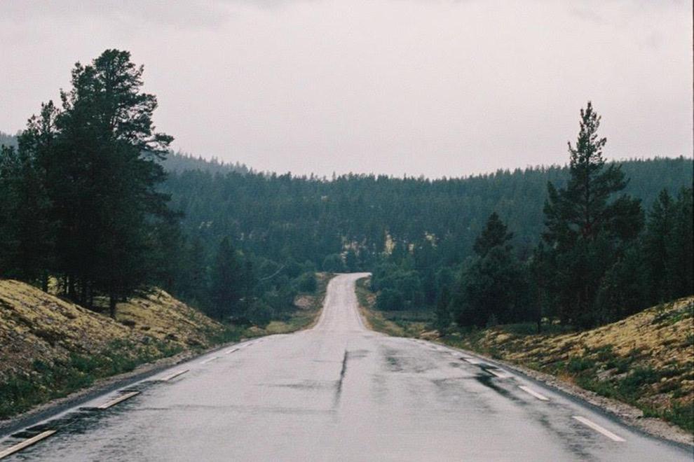 Weg door de ruige natuur van Noorwegen
