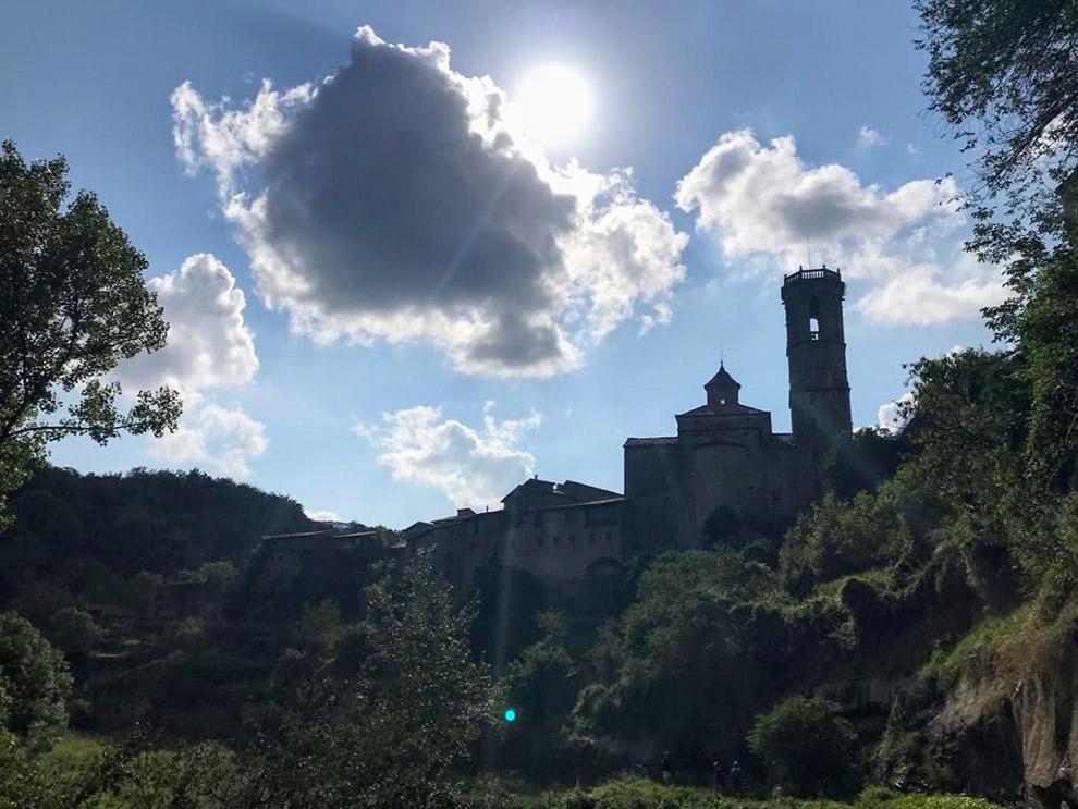 Catalaans gebedshuis op heuvel in de verte