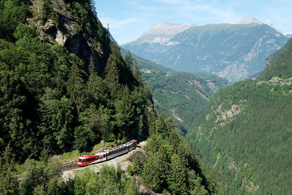 De Mont Blanc Express trein door Zwitserse bergen