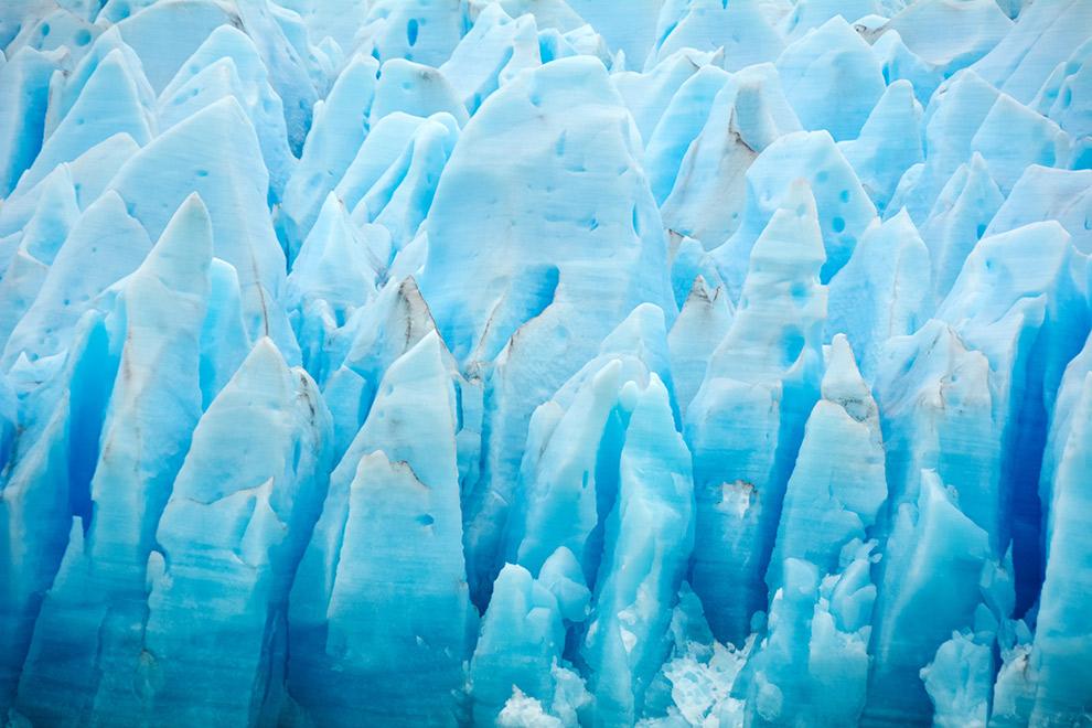 Het ijs van de gletsjer kleurt blauw door jaren van druk