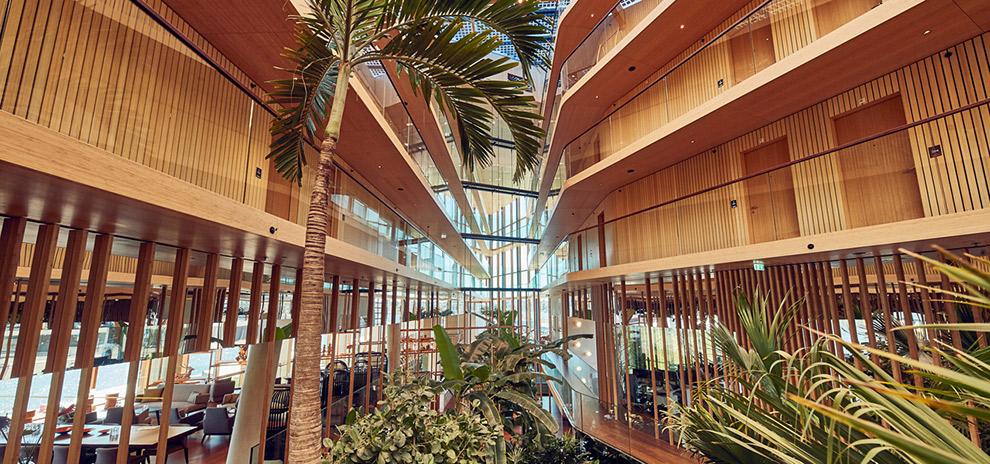 Palmbomen te midden van energie-neutraal Hotel Jakarta in Amsterdam