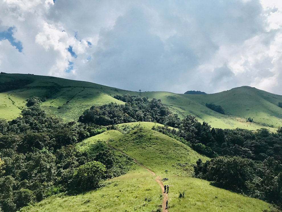 Groen heuvellandschap in de Slovenian Mountain Trail