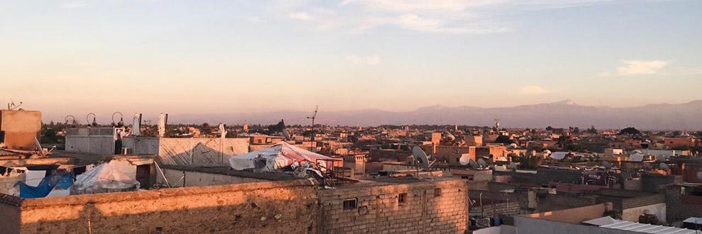 Uitgestrekt uitzicht over roze gekleurde stad Marrakech