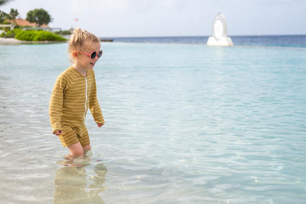 Dochter Maeve in het panoramische zoutwaterzwembad van Papagayo