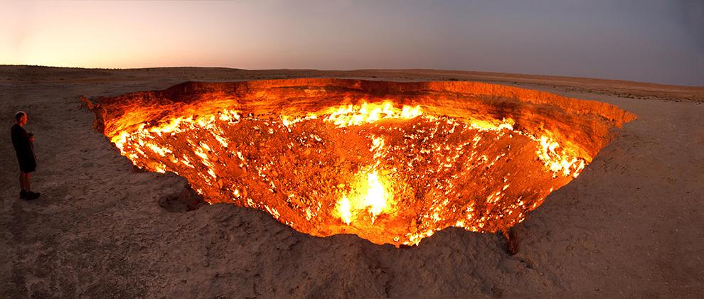 Vuurkrater te midden van de woestijn