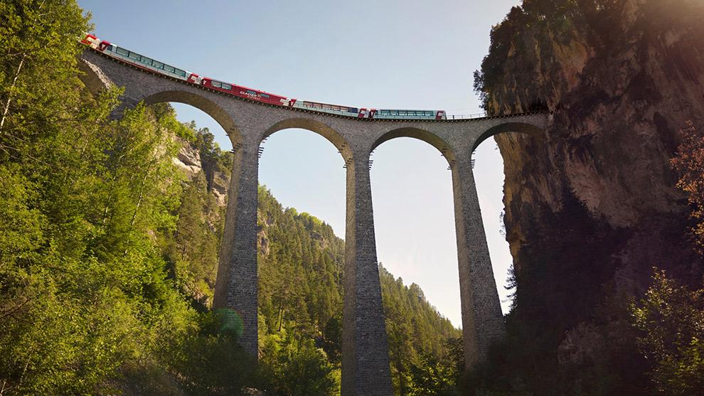 Spectaculair spoornetwerk Rhätische Bahn in de verte