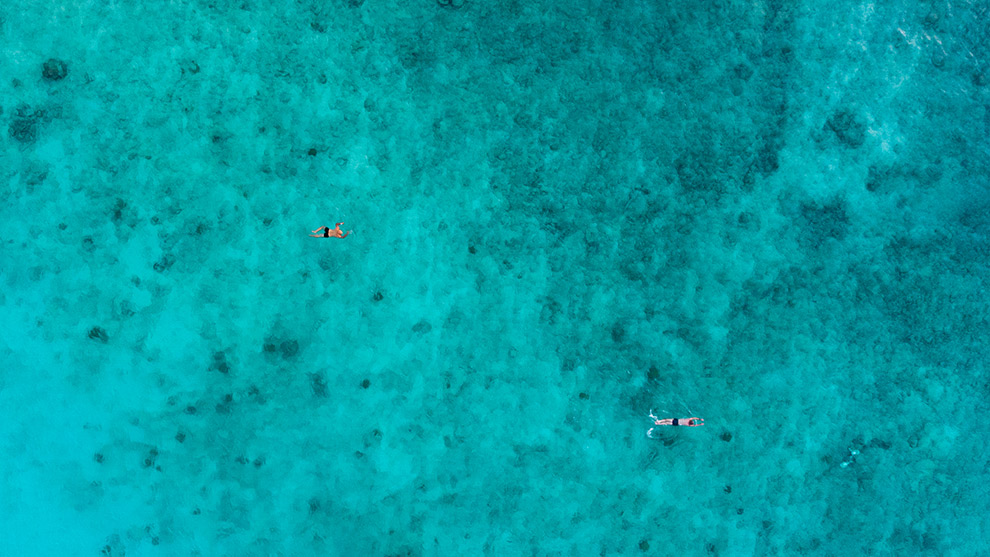Dronefoto van helderblauwe zee in Curaçao