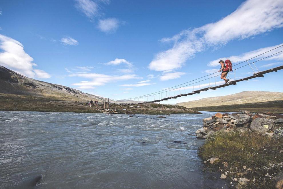 Avontuurlijke klim over hangbrug in Noorwegen