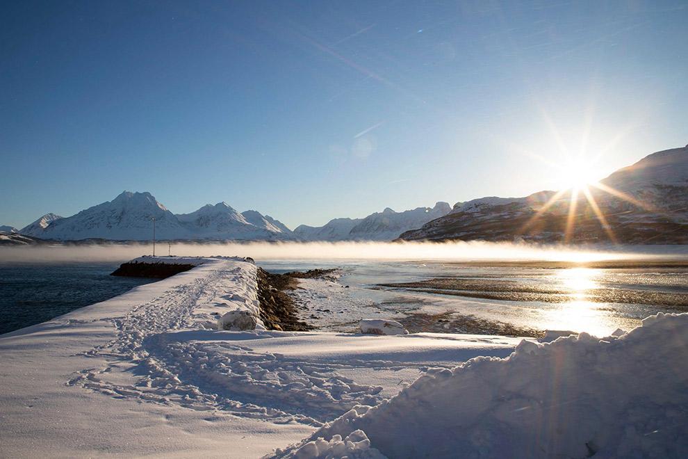 Zon komt op boven sneeuwlandschap in Noorwegen