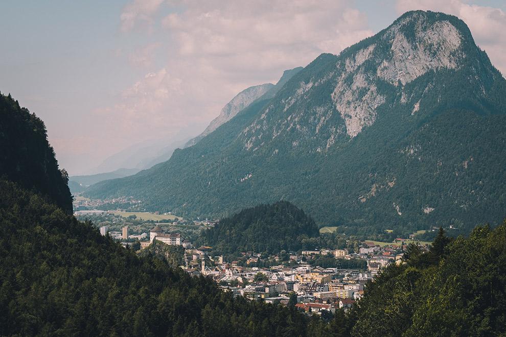 Uitzicht over het stadje Kufstein midden in de Oostenrijkse bergen