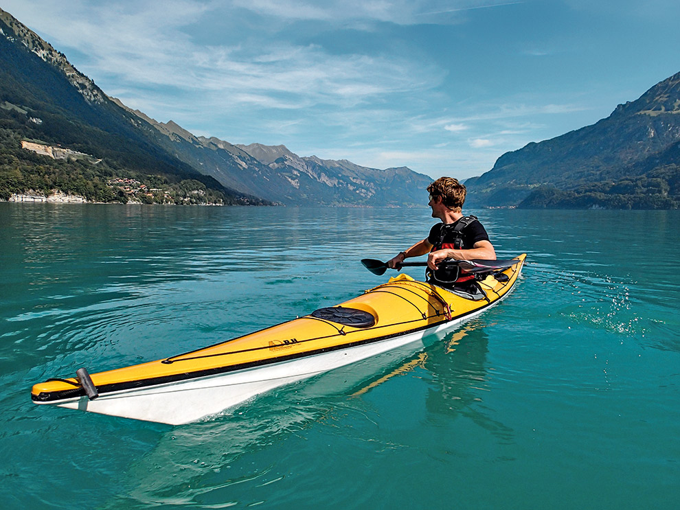 Gele kajak op het helderblauwe water van de Brienzersee