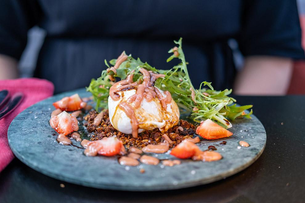 Stijlvol opgemaakt bord met fusiongerecht bij restaurant Um Plateau
