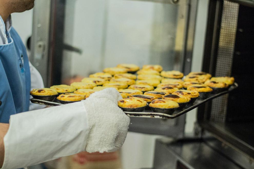 Typisch gebakje Pasteis de Natas vers uit de oven