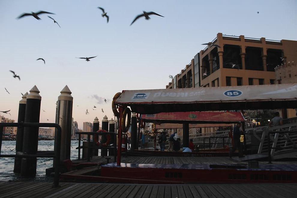 Met het houten bootje de Abra door Dubai