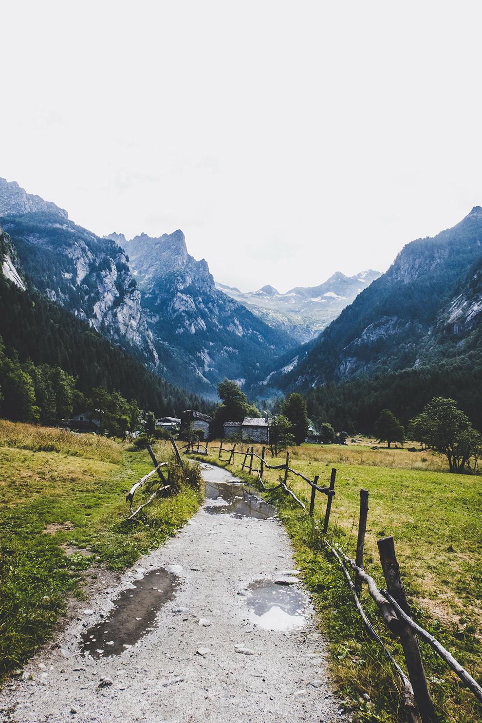 Uitzicht over bouldergebied Val di Mello in Italië