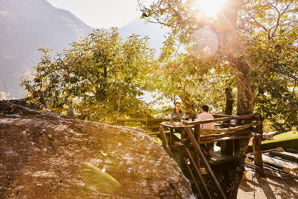 Eten bij een uit een rots gehakte kelder in Zwitserland