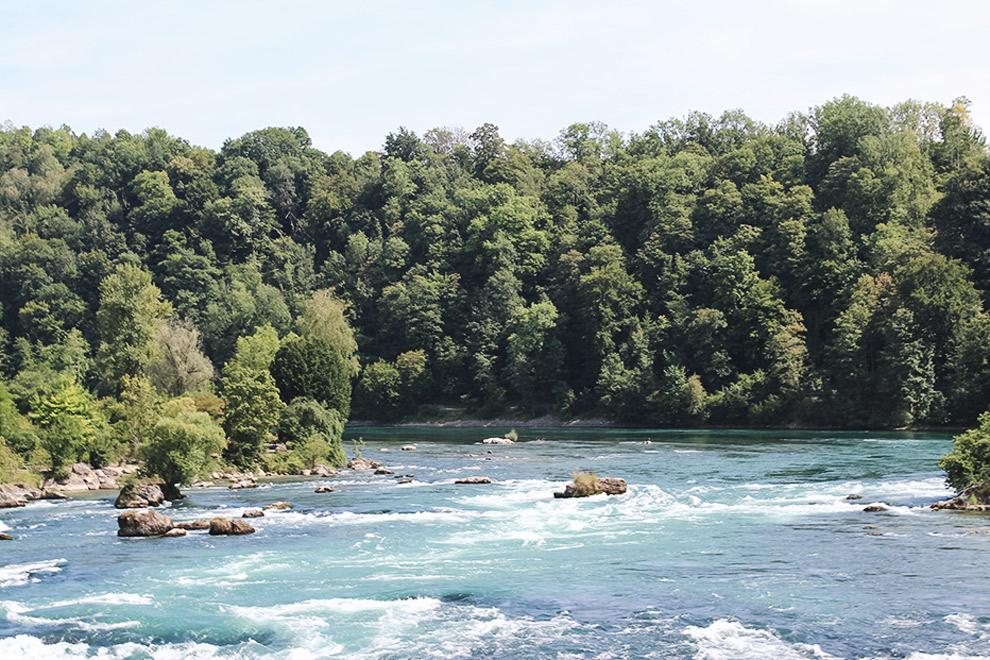 Al varend door waterval de Rheinfall