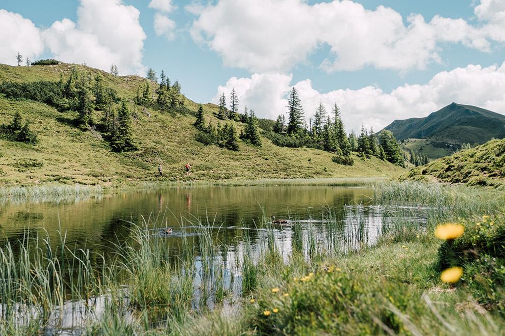Schilderachtig landschap waar de bergen in het water weerspiegelen in Oostenrijk
