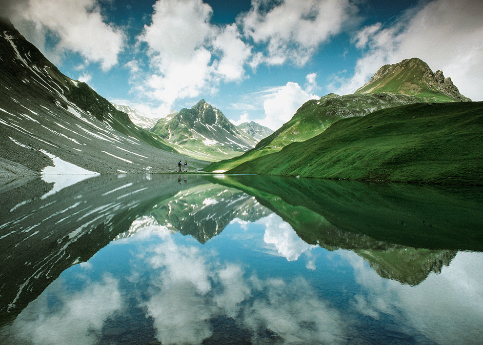 Groene bergen weerspiegelen in Zwitsers meer in Arosa