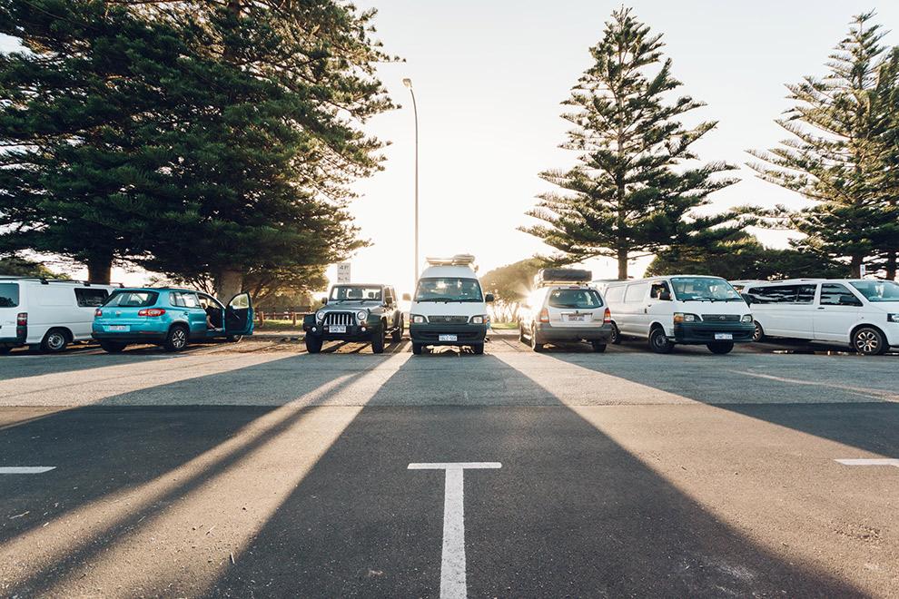 Camperbusje geparkeerd op geasfalteerde parkeerplaats