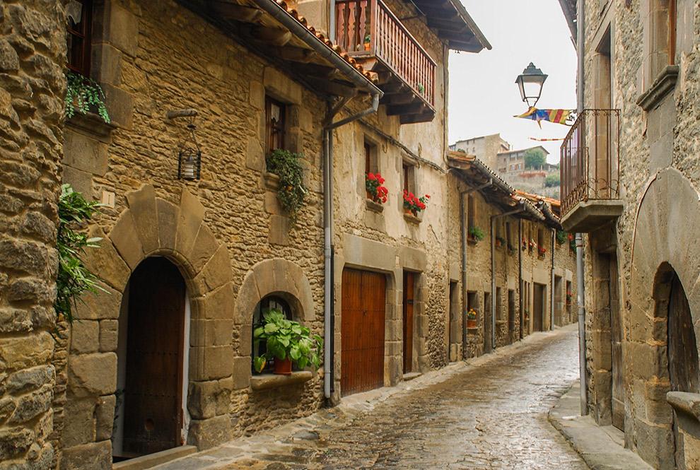 Zandkleurige stenen straatjes in Rupit, Spanje