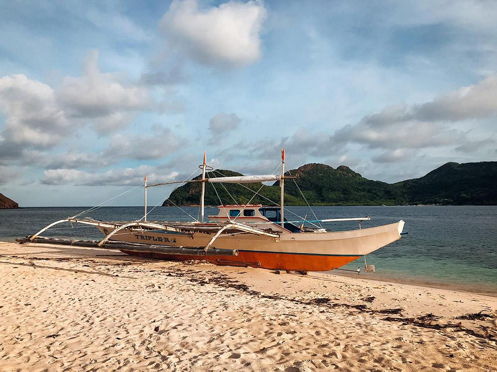 Traditionele Filipijnse boot de Bangka aan het strand