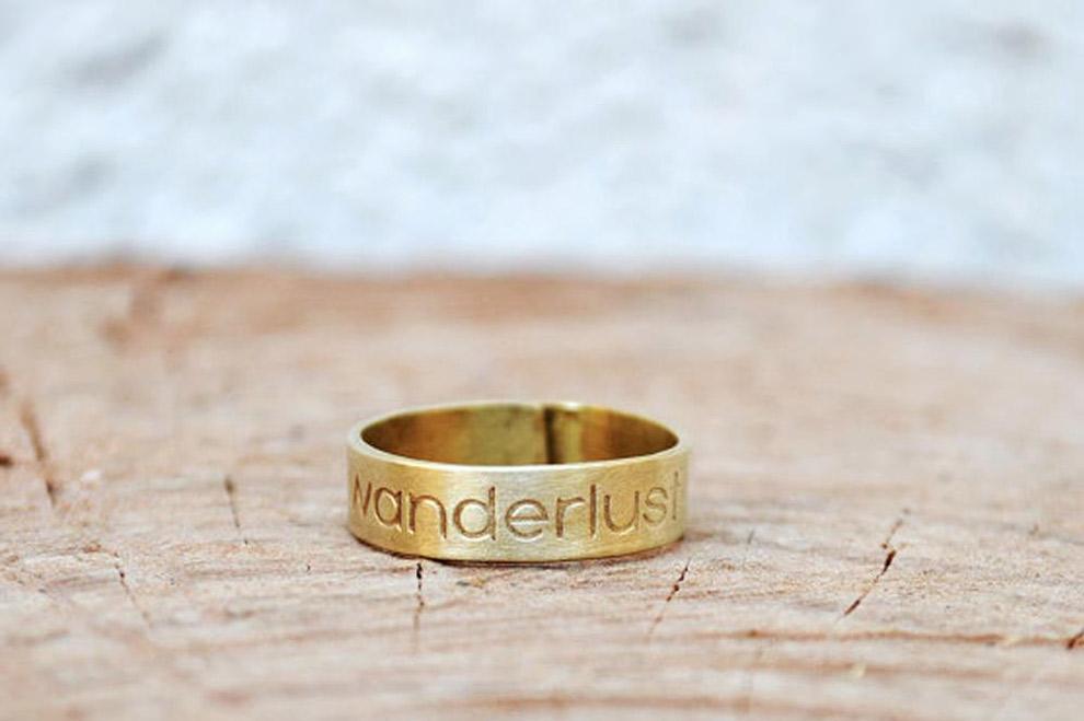Gouden ring met gegraveerd het woord 'wanderlust'