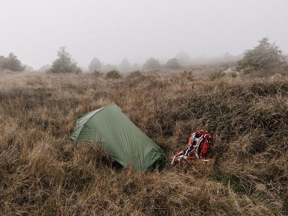 Wildkamperen op een heuveltop in de wolken