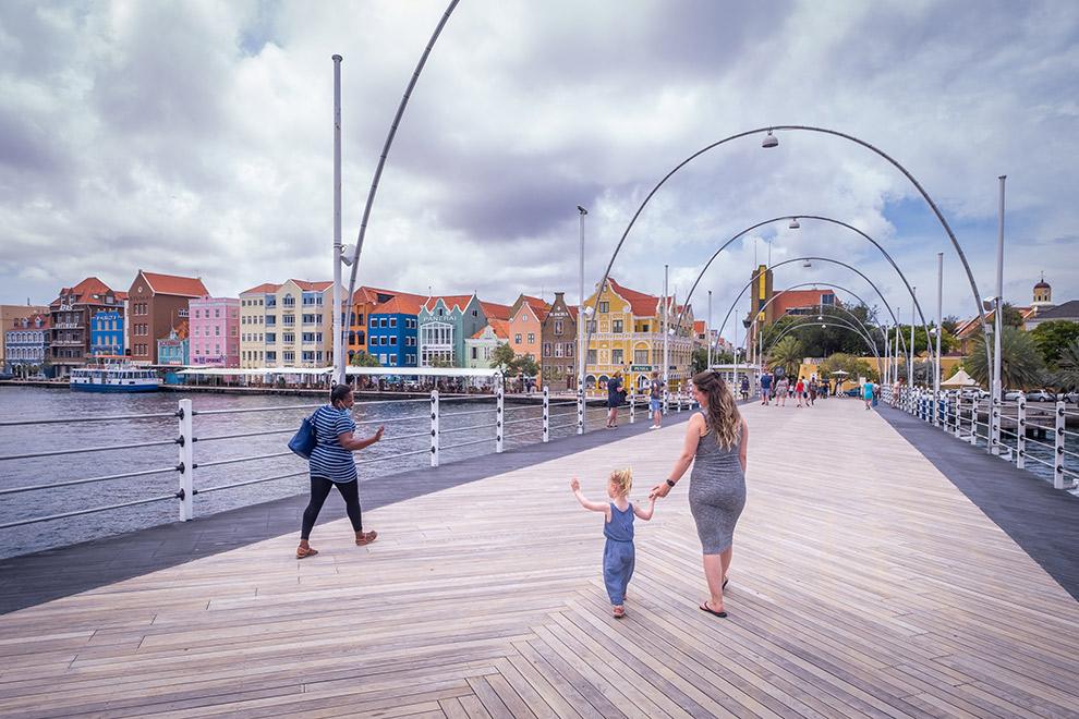 Kleurrijke huisjes rondom pontjesbrug in Willemstad, Curaçao