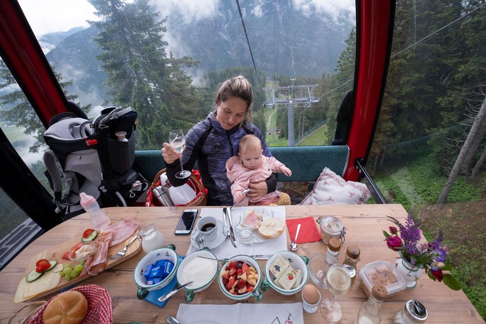 Ontbijten in een gondelbaan in Oostenrijk