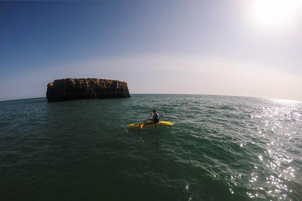 Kayakken over de blauwe wateren van Portugal