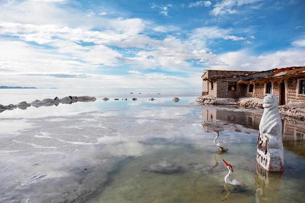 Het zouthostel omringd door een laagje weerspiegelend water