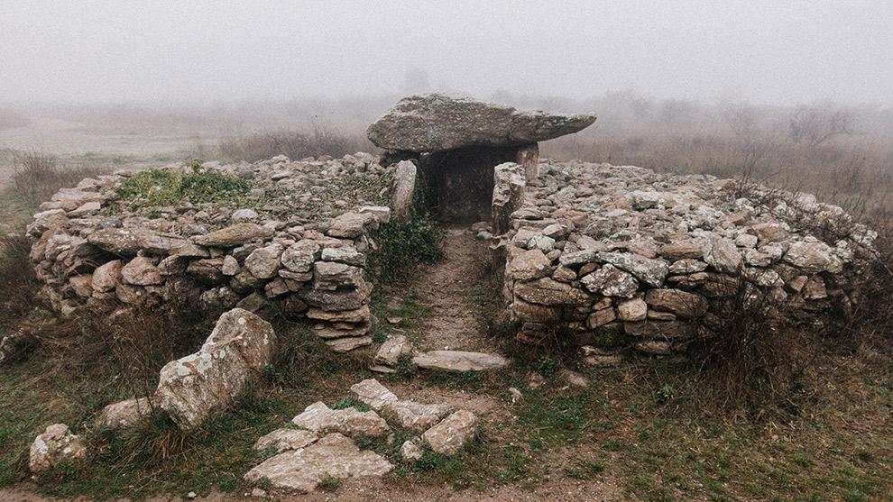 Mysterieus Neolithisch monument op pad tijdens wandeling Frankrijk